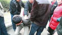 两贼偷车被抓鞭打泼冷水 跪地哭喊求饶