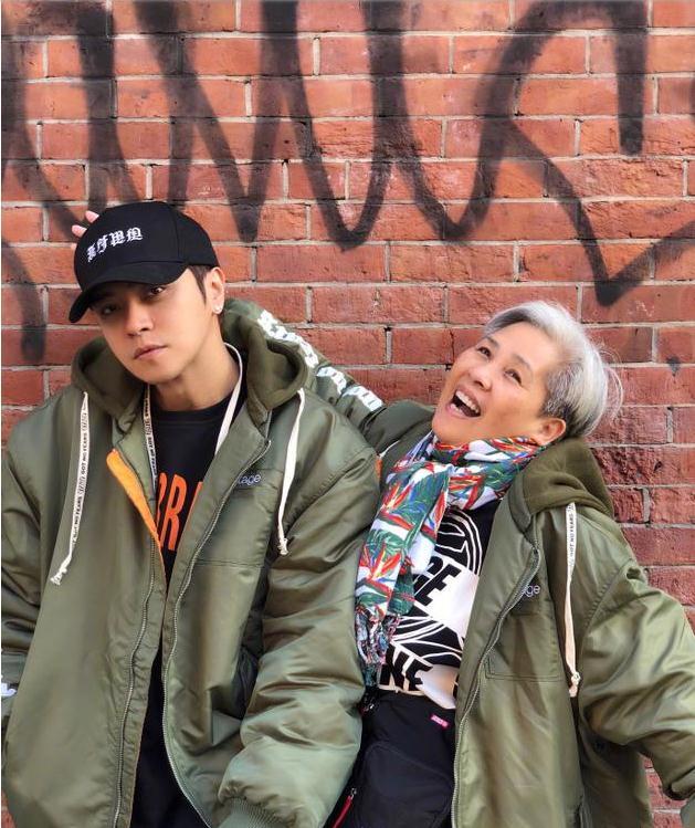 罗志祥与母亲街拍庆祝60岁生日 暖心祝福妈妈每天开心