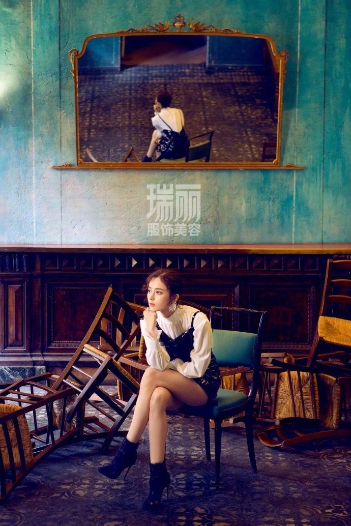 古丽娜扎最新封面大片曝光 复古风时髦又女神