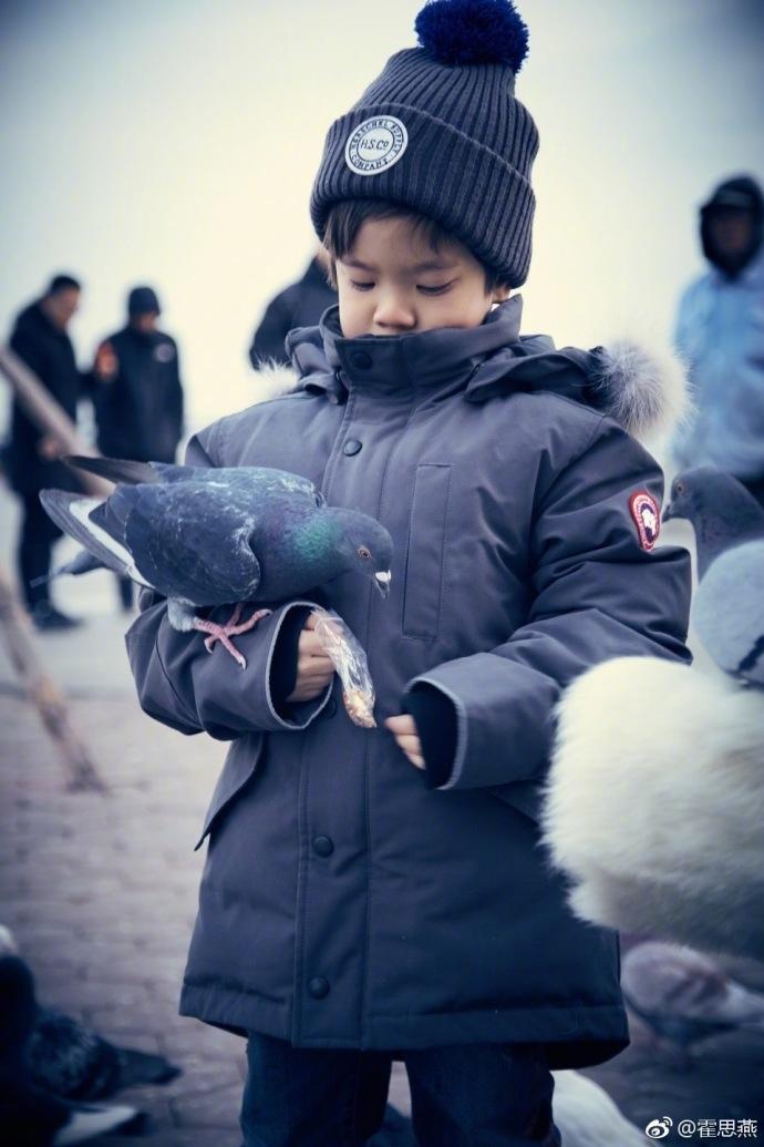 霍思燕晒嗯哼大连游玩照 带毛线帽和妈妈玩亲亲