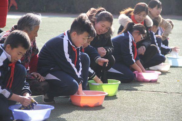 济南40余小学生操场上为父母洗衣 感恩父母
