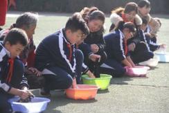 感恩节:小学生操场上为父母洗衣感恩