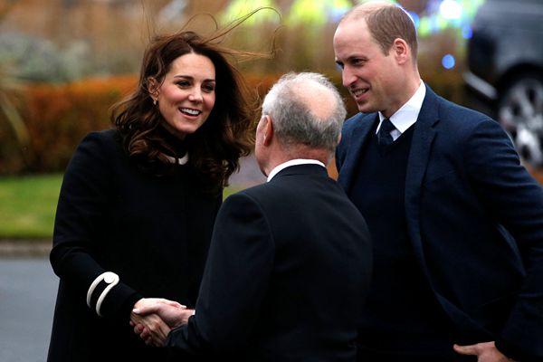 英国威廉王子夫妇现身制造厂