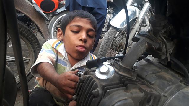 """""""巴铁""""少年身高仅0.6米 热爱修车梦想载着姑娘骑摩托"""