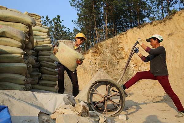 丈夫病逝 女子工地搬砖扛水泥给儿女挣学费