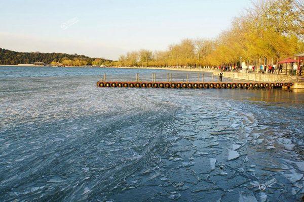 壮观!北京颐和园昆明湖冰面被大风吹成冰凌