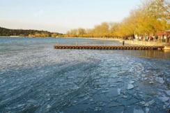 壮观!颐和园昆明湖冰面被大风吹成冰凌