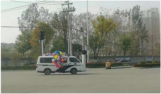 """警车挂气球""""卖萌""""照走红 网友:警车维密秀"""