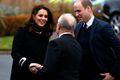 威廉王子夫妇现身制造厂 凯特王妃大衣遮孕肚