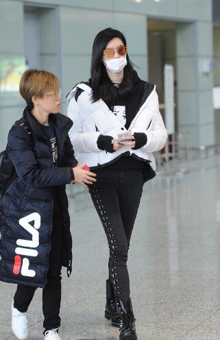 奚梦瑶摔倒后现身机场戴口罩一言不发