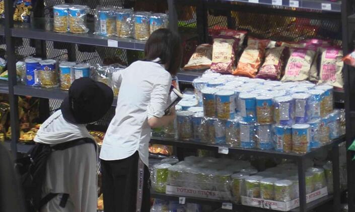 郑爽超市开工秒变购物狂 爽爸一脸无奈