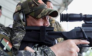 杜特尔特试用中国狙击枪瞄准射击