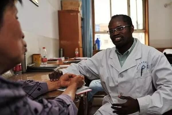 """这位被称为""""黑求恩""""的非洲人在中国专注做一件事:培养""""赤脚医生"""""""