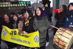 韩国高考举行 低年级学生举牌应援