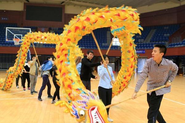 浙江大学开设舞龙舞狮课 上百位学生报名选修