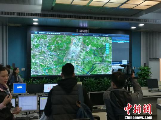 """中国机场首个""""无人机防御系统""""投入试运行"""