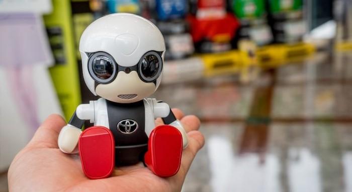 """丰田会说话机器人 汽车没油会提醒""""肚子饿了"""""""