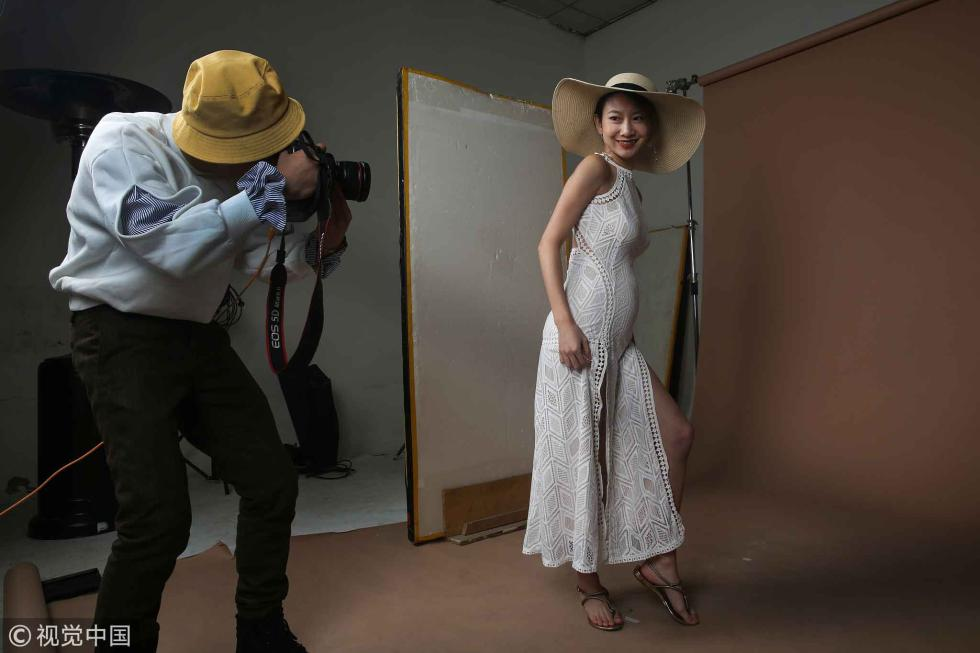 北漂模特怀孕5个月仍拍照:让爸妈过得好一点