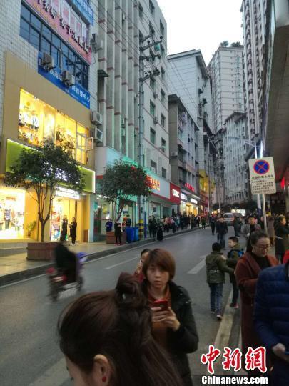 重庆武隆发生5.0级地震暂无人员伤亡 民众街上避险