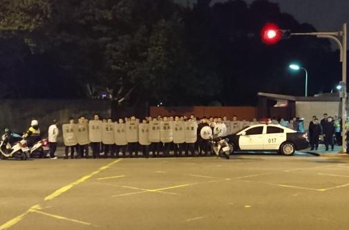台湾抗议团体夜袭蔡英文官邸 向大门怒泼整桶红漆