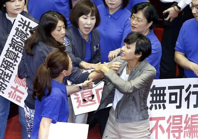 """踹门、打架、飙脏话 这位女""""绿委""""曾靠丑态火到日本"""