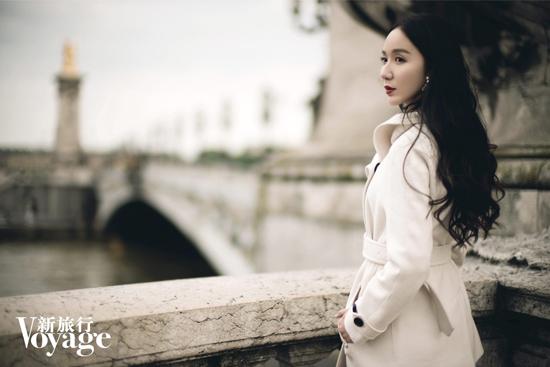娄艺潇登杂志封面 笑容灿烂展真我本色