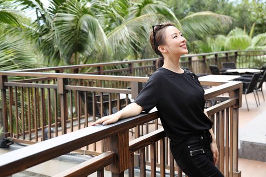潘晓婷陪父母假期游玩 享受惬意生活