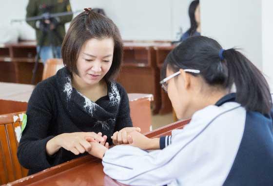 阿雅探访云南女童  言语间传递爱与力量