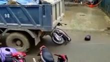 前方大货车突然倒车 女子机智弃车保人