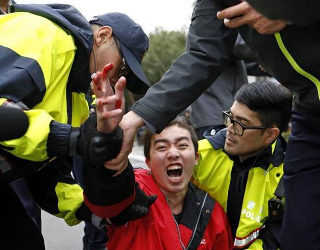 民进党曾说劳工在心中最软 今却用拒马栏杆对抗