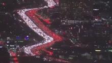 美国版春运:车灯汇聚成红白两色河流