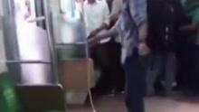 列车上发现毒蛇 眼镜哥徒手拽下后将其摔死
