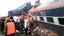 """""""死神""""来了!实拍印度火车脱轨致多人死伤 遇难家属痛哭!"""