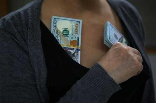女子绑藏近20万美金出境被截
