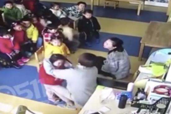 镇江一幼儿园被曝打骂幼童 小女孩拼命摆手求饶