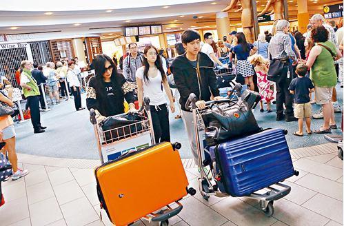 中国侨网移民部在上月正式实施依亲子女随父母申请移民年龄上限为22岁。(加拿大《星岛日报》资料图)