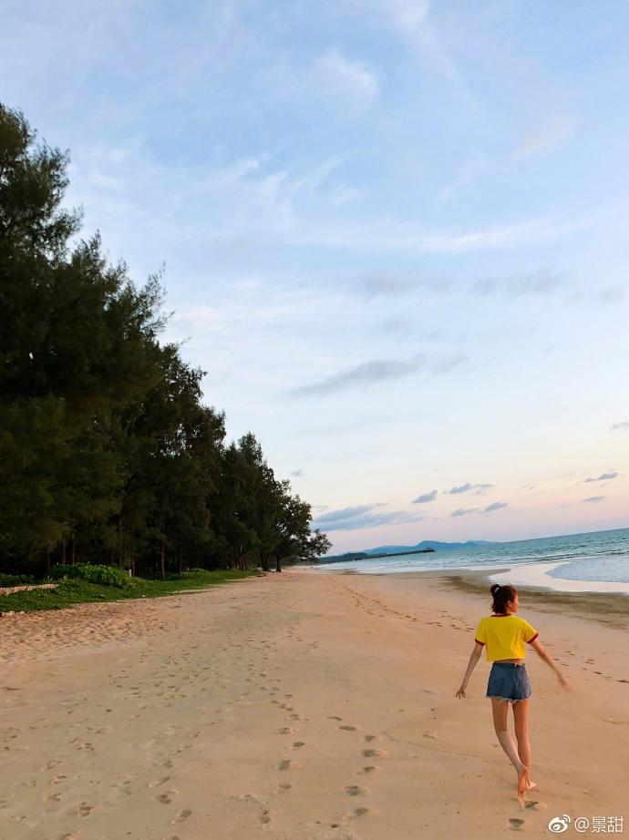 景甜海边戏水看夕阳 露蛮腰美腿身材超棒
