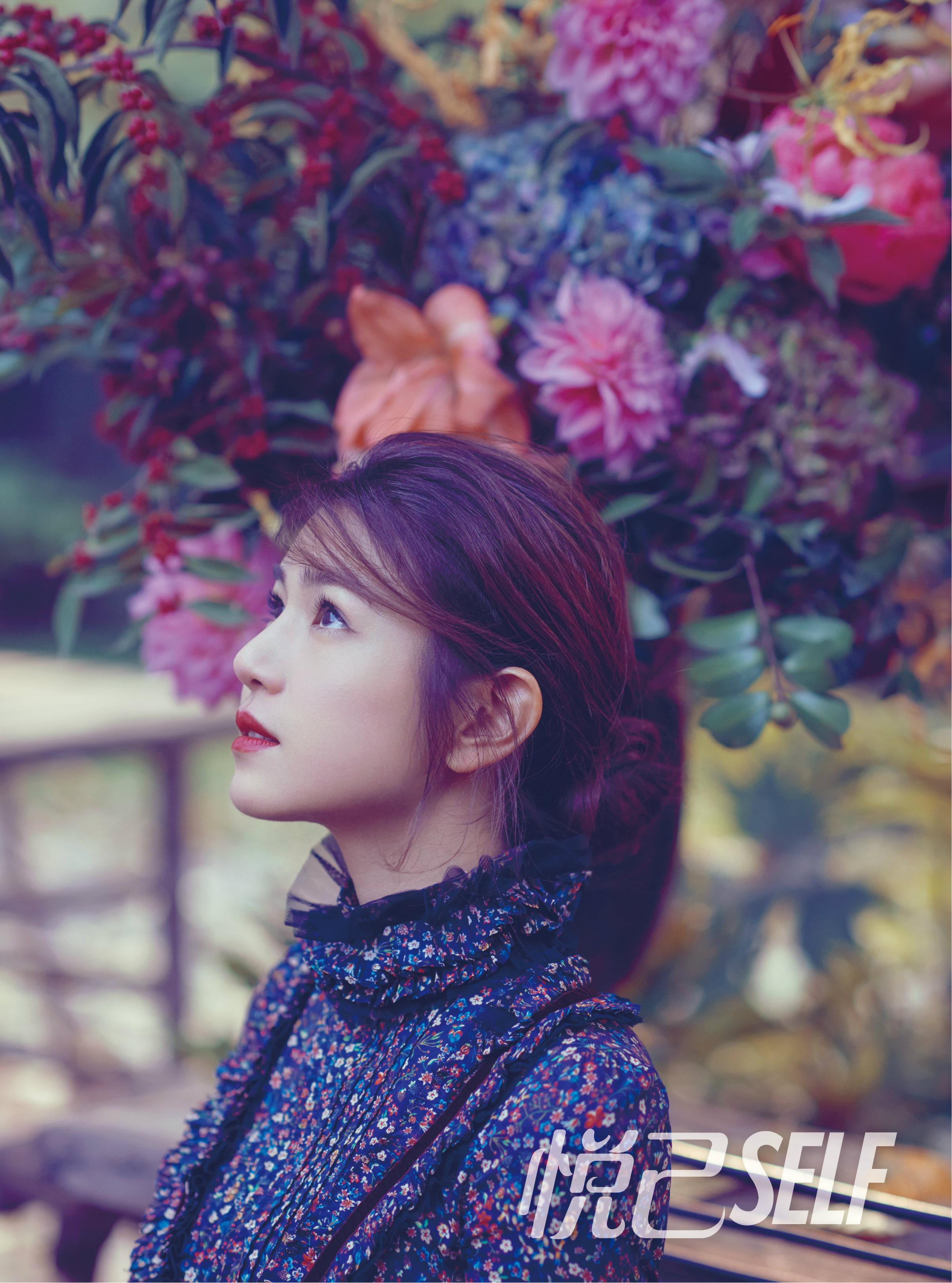 陈妍希登12月封面 红唇俏皮演绎复古质感