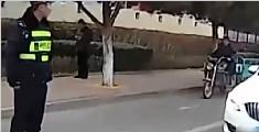 退休教师拍落警察设备
