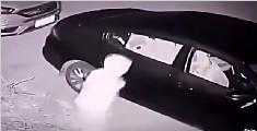 小偷扔砖头砸车窗遭反杀