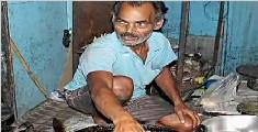 印度奇人徒手捞油锅做小吃 45年未被烫伤