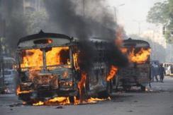 公交车竞速撞死孩童 民众火烧肇事车
