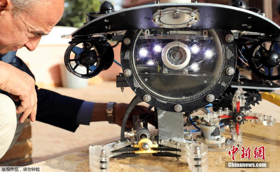 埃及工程师研制潜水机器人 可在水下拾取物体