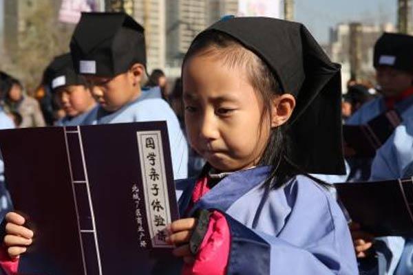 西宁百名萌娃着汉服诵国学经典弘扬传统文化