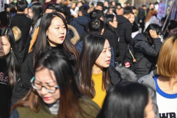 山东举行大学生招聘会 女大学生积极求职