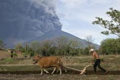 印尼巴厘岛火山喷发 火山灰达1500米