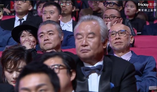 """尴尬!57岁涂们睡着被抓包 镜头""""大特写""""网友笑翻"""