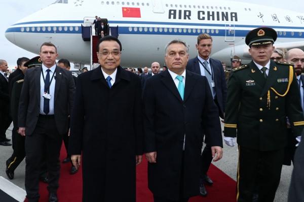 李克强抵达布达佩斯出席第六次中国-中东欧国家领导人会