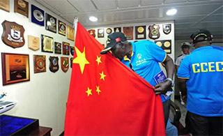 这位非洲朋友深情亲吻五星红旗