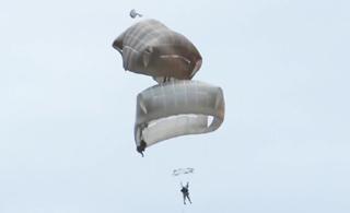 一屁股坐别人伞上了:美军士兵跳伞时撞到一起